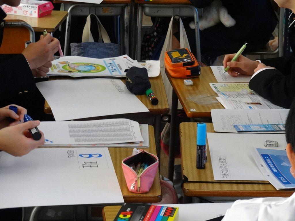 グループでシートをまとめる高校生たち