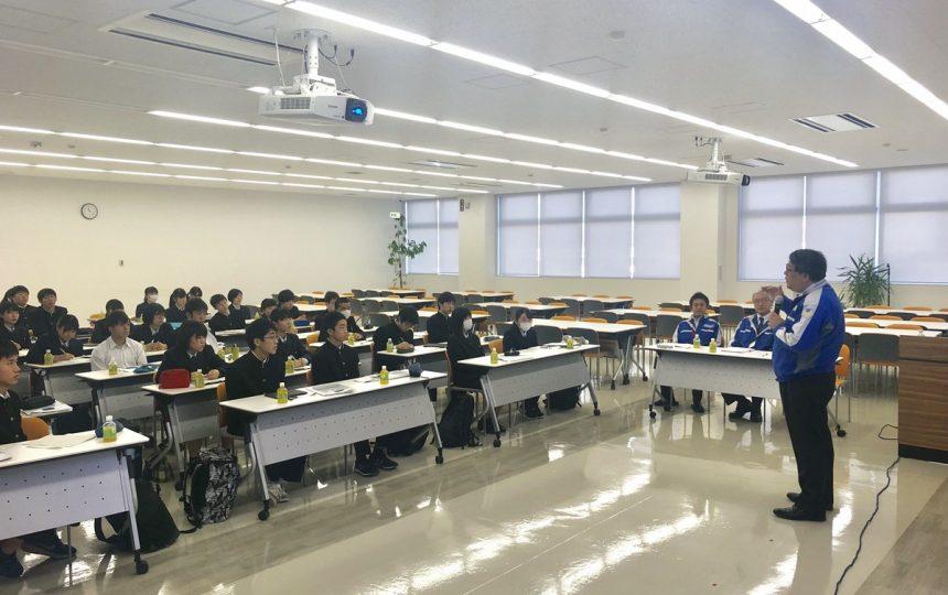 中小企業の経営者の講演を聴く高校生たち