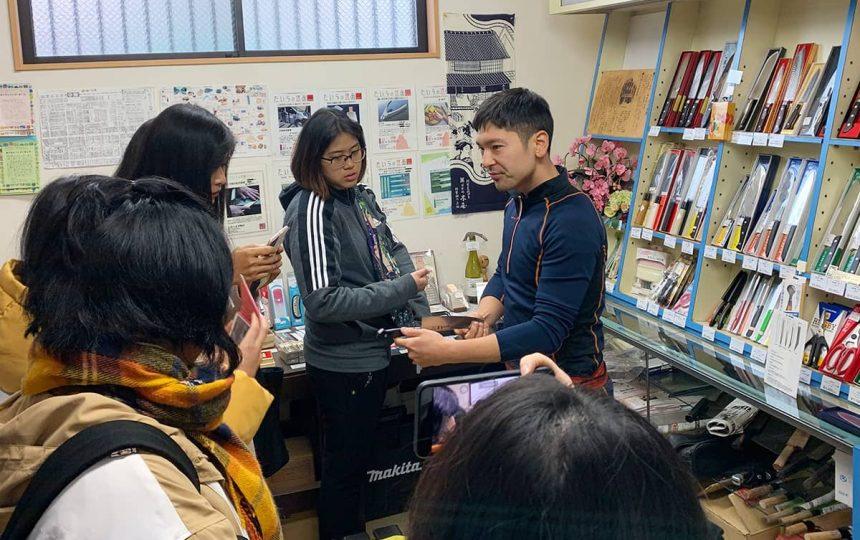 刃物店で話を聞く大学生たち