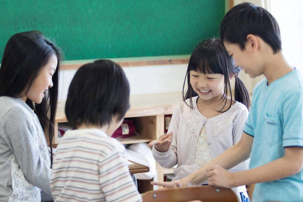グループで話し合う小学生