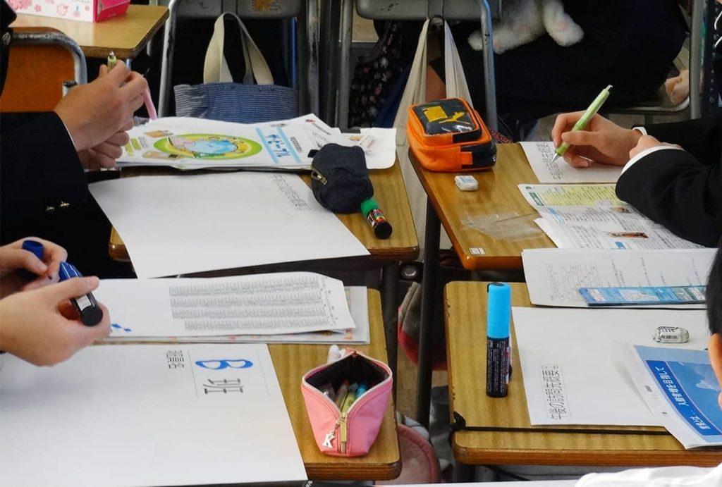 グループ学習する高校生たち