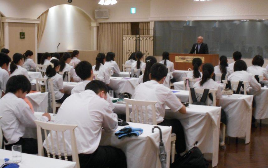 中小企業の経営者の講義を受ける高校生たち