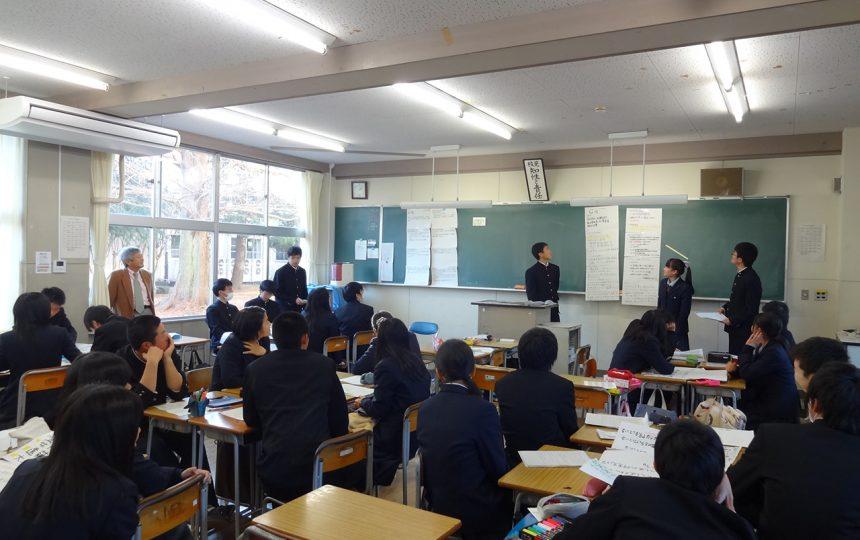 発表する高校生たち