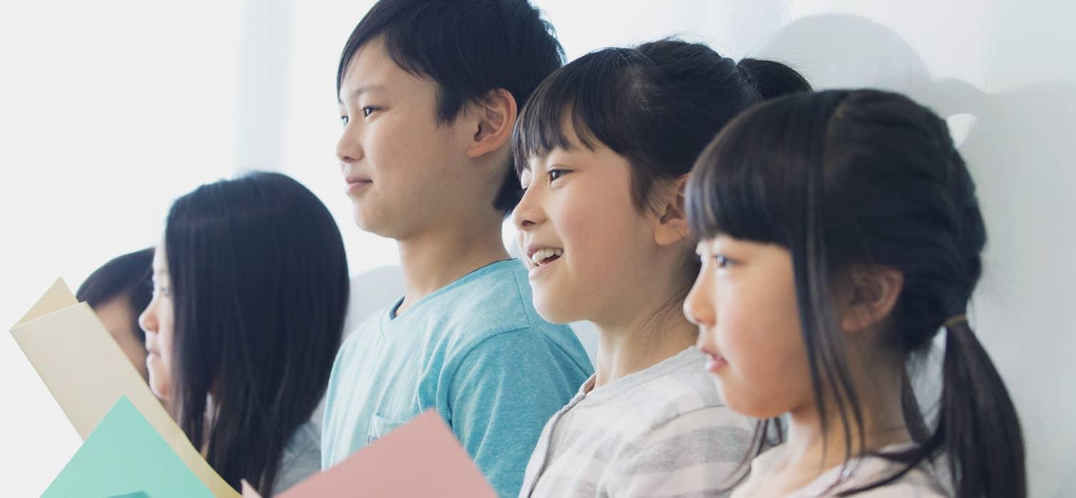 グループ発表する小学生たち